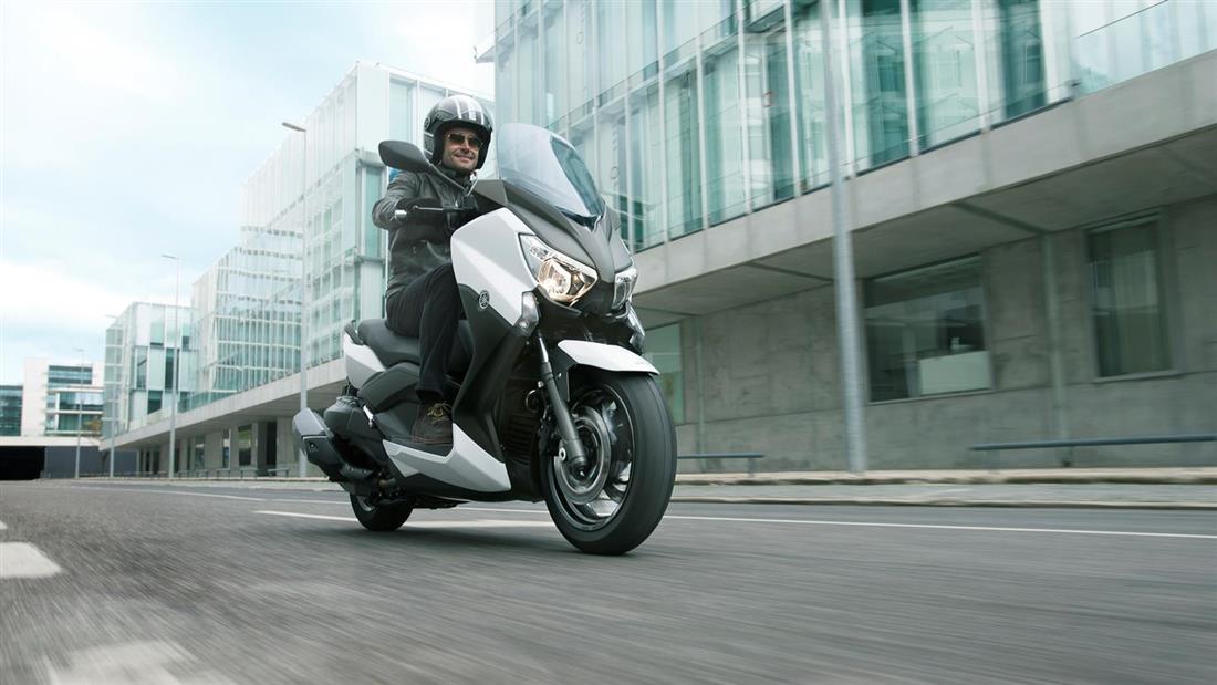 2013-Yamaha-X-MAX-400-EU-Absolute-White-Action-005